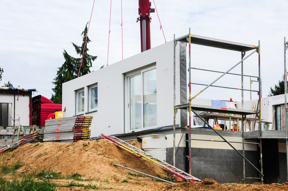 Mounting a house wall on a prefabricated house