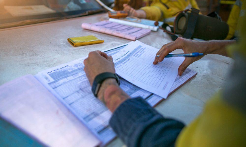 Construction,Coal,Miner,Supervisor,Conducting,Safety,Checking,On,Job,Hazards